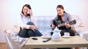 Kvinna som spelar en ledsen sång till hennes vän arkivfilmer