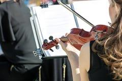 Kvinna som spelar fiolen under klassisk musikfestival royaltyfri bild