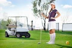 Kvinna som spelar golf Arkivbilder