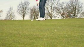 Kvinna som spelar golf som ställer upp en putt lager videofilmer