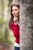 Kvinna som spelar kurragömma Royaltyfri Fotografi