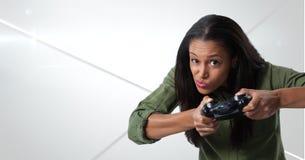 kvinna som spelar med dataspelkontrollanten med geometriska linjer bakgrund Arkivbild