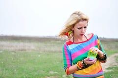 Kvinna som spelar med den färgrika plast- våren Royaltyfri Fotografi