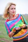 Kvinna som spelar med den färgrika plast- våren Royaltyfri Bild