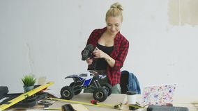 Kvinna som spelar med denkontrollerade bilen i seminarium arkivfilmer