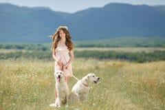 Kvinna som spelar med hennes hund i gatan Royaltyfria Bilder