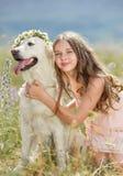 Kvinna som spelar med hennes hund i gatan Fotografering för Bildbyråer