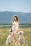 Kvinna som spelar med hennes hund i gatan Royaltyfri Fotografi