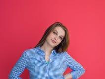 Kvinna som spelar med hennes långa silkeslena hår Fotografering för Bildbyråer