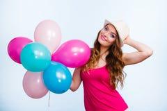 Kvinna som spelar med många färgrika ballonger arkivbilder