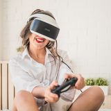 Kvinna som spelar med virtuell verklighetexponeringsglas Arkivfoton