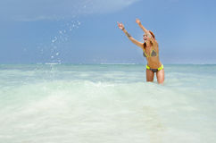 Kvinna som spelar på stranden royaltyfria bilder