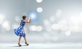 Kvinna som spelar pickolaflöjten Royaltyfria Bilder