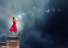Kvinna som spelar pickolaflöjten Royaltyfri Bild