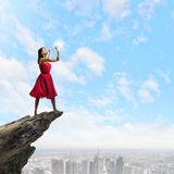 Kvinna som spelar pickolaflöjten Royaltyfri Fotografi