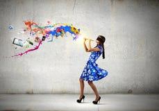 Kvinna som spelar pickolaflöjten Fotografering för Bildbyråer