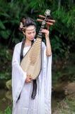 Kvinna som spelar pipaen Royaltyfri Fotografi
