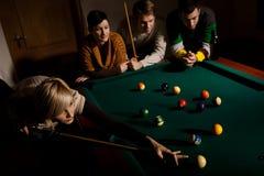 Kvinna som spelar snooker Fotografering för Bildbyråer