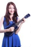 Kvinna som spelar ukulelet Arkivfoto