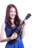 Kvinna som spelar ukulelet Arkivbilder
