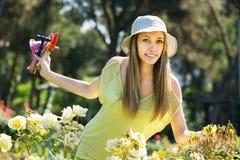 Kvinna som spenderar fri tid i trädgården Arkivfoton