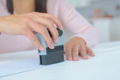 Kvinna som stämplar det lagliga dokumentet Arkivbild