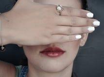 Kvinna som stänger henne ögon med henne hand Arkivbilder