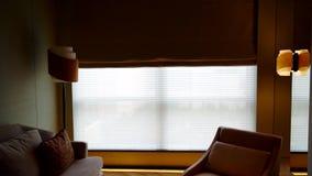 Kvinna som står det near fönstret efter tidig wakeup lager videofilmer