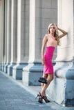 Kvinna som står nära gamla kolonner Arkivfoton