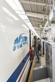 Kvinna som stiger ombord den Shikansen drevKyoto stationen Arkivfoto