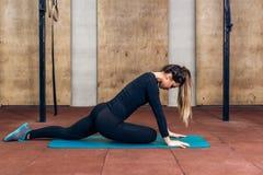Kvinna som sträcker ben i sportklubba Fotografering för Bildbyråer