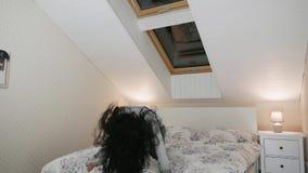 Kvinna som studsar i ultrarapid på hennes säng lager videofilmer