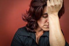 Kvinna som sufffering en huvudvärk eller en stark fördjupning Arkivbilder