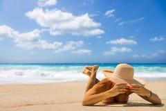 Kvinna som suntanning på stranden i Grekland Arkivfoton
