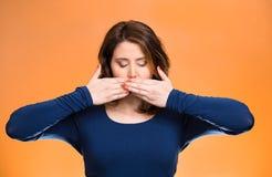 Kvinna som täcker den stängda munnen den ingen begreppsondskan talar Arkivfoton