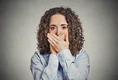 Kvinna som täcker den stängda munnen med händer den ingen ondskan talar arkivbild