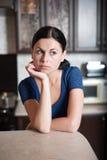 Kvinna som tänker av ett recept Arkivfoton