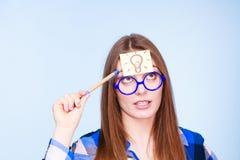 Kvinna som tänker den ljusa idékulan på huvudet Royaltyfria Bilder