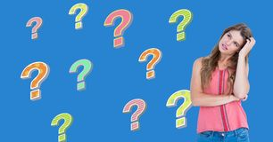 Kvinna som tänker med färgrika skraj frågefläckar stock illustrationer
