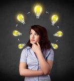 kvinna som tänker med lightbulbs Royaltyfria Bilder