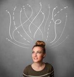 Kvinna som tänker med pilar i olika riktningar ovanför hennes huvud Arkivbild