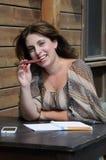 Kvinna som tänker på skrivbordet Royaltyfria Foton
