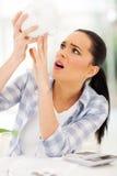 Kvinna som tömmer piggybank Arkivbild