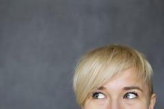 Kvinna som åt sidan ser Fotografering för Bildbyråer