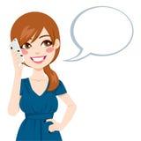 Kvinna som talar genom att använda Smartphone Arkivfoto