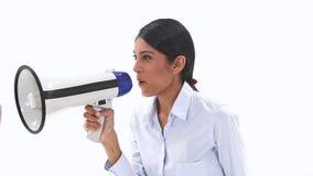 Kvinna som talar in i en megafon lager videofilmer