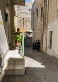 Kvinna som talar i gatorna av orgosoloen Royaltyfri Bild