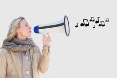 Kvinna som talar i megafon med kommande musikaliska anmärkningar ut Fotografering för Bildbyråer