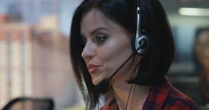 Kvinna som talar med hörlurar med mikrofon