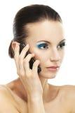 Kvinna som talar på celltelefonen Arkivfoto